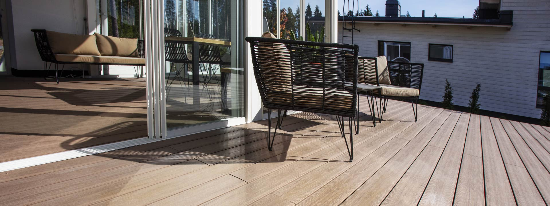 Composite decking with superior colour durability